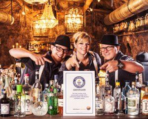 Das Bartender-Team der Kufsteiner Speakeasy-Bar STOLLEN 1930 ist stolz auf die von Guinness amtlich bestŠtigten Weltrekordmarke.